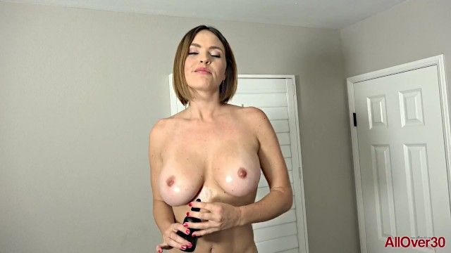 Mamãe sexy mostrando milk-shakes