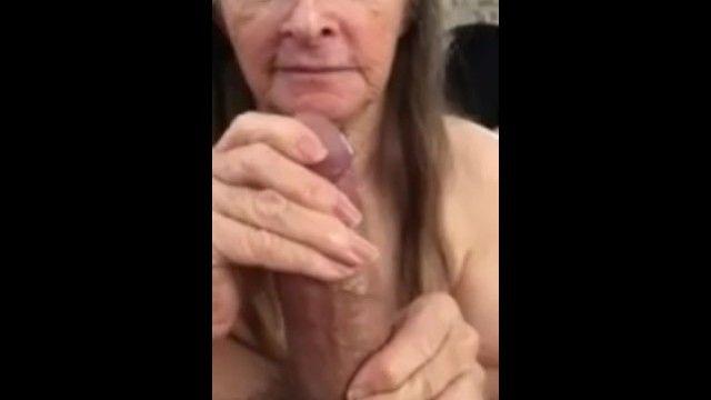 我的奶奶吞没我的鸡巴。